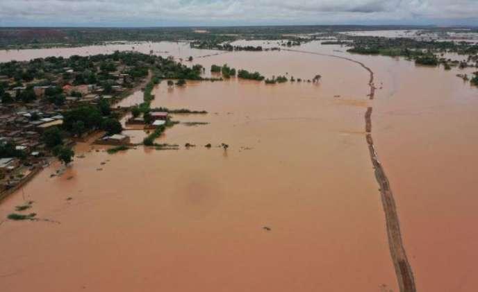 Rupture de la digue qui protège Niamey des crues du fleuge Niger, le 6 septembre 2020. Photographie prise par les équipes de la Plateforme de visualisation des scénarios de risque hydrologique de la Sirba (Slapis Niger).