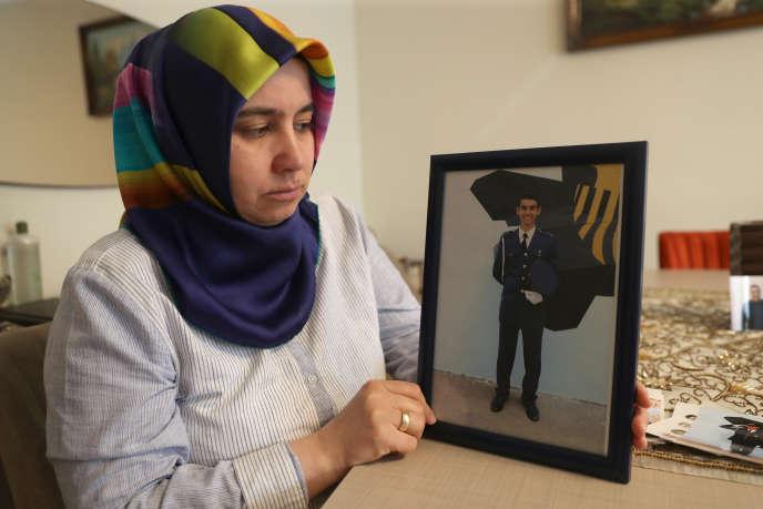 Melek Cetinkaya montre une photo de son fils le 8 février à Ankara, Turquie.
