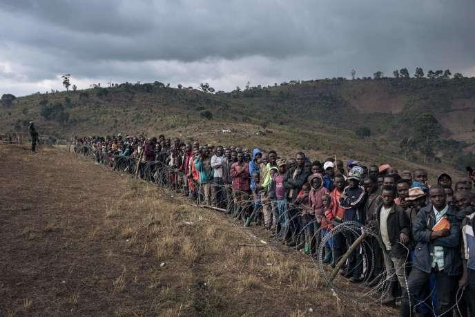Des déplacés attendent la visite du ministre de la défense congolais Aimé Ngoy Mukena au camp de Bijombo, dans le Sud-Kivu, le 10 octobre 2020.