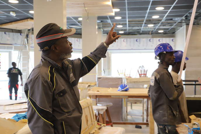 L'architecte d'intérieur Nicolas Dibo supervise les travaux d'aménagement d'un fast-food à Abidjan.