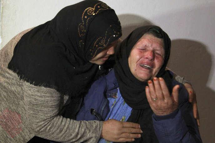 Kmar (à droite), la mère du suspect qui a tué trois personnes à Nice, à son domicile le 29 octobre 2020 dans la ville tunisienne de Sfax.