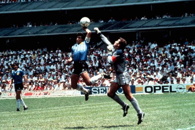 La « Main de dieu», en quart de finale du Mondial mexicain, le 22 juin 1986, face au gardien anglais Peter Shilton.