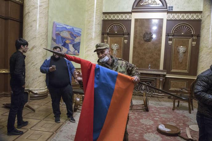 Dans les bâtiments du gouvernement après l'annonce de laccord de paix, à Erevan, le 10 novembre.
