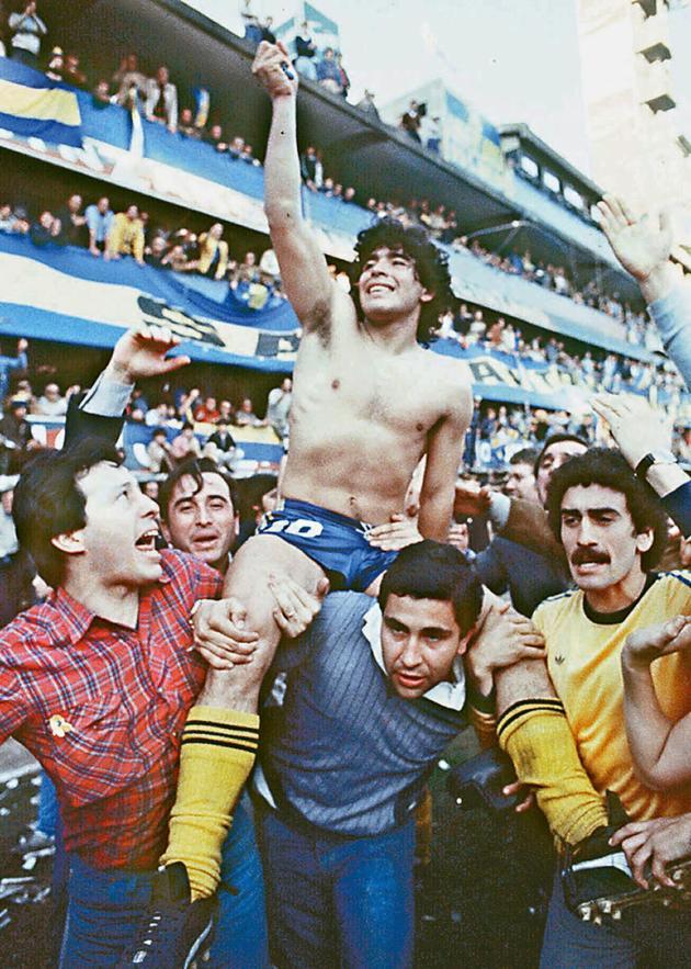 Diego Maradona, porté en triomphe après avoir remporté le championnat local avec les Boca Juniors, à Buenos Aires, en 1981.