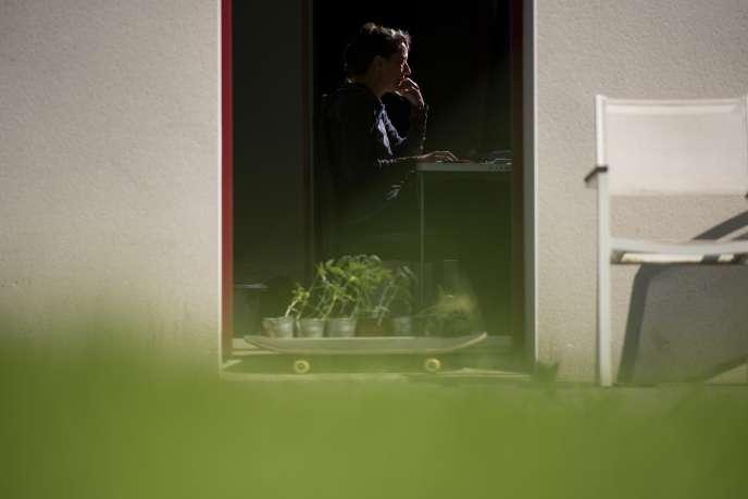 Une femme travaille depuis chez elle à Vertou, près de Nantes, le 14 mai.