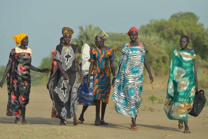 Des femmes se rendent au marché de la ville d'Udier, au Soudan du Sud, en mars 2019.