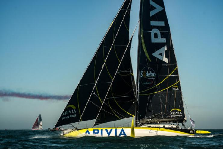 Le skipper français Charlie Dalin sur son monocoque «Apivia»au départ du tour du monde en solitaire du Vendée Globe, le 8 novembre, au large des Sables-d'Olonne.