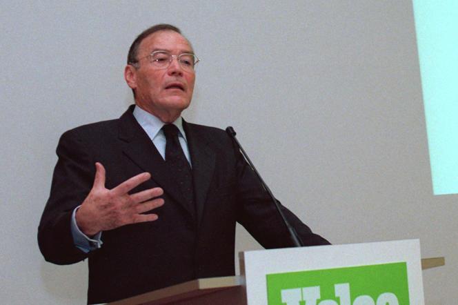 Noël Goutard, le 2 novembre 1998, lors d'une conférence de presse, à Paris.