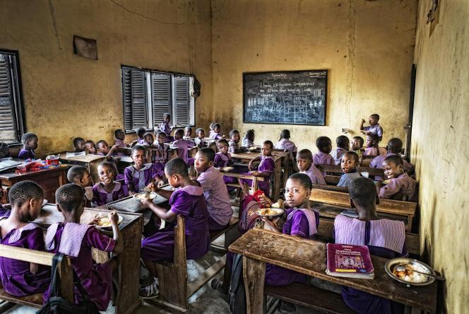 Une classe de primaire dans la banlieue d'Accra, à l'heure du déjeuner, en 2017.