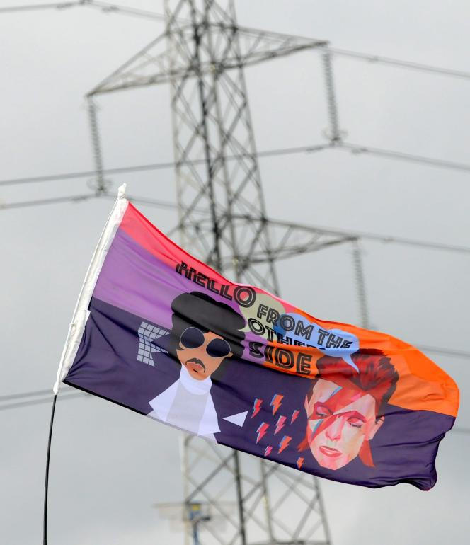 At the Glastonbury Festival in June 2016, the tribute paid to Prince and David Bowie, who died earlier in the year.