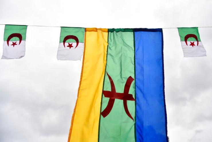 Des drapeaux berbère et algériens à Tizi-Ouzou, lors de la célébration de«Yennayer», le 12janvier 2018.