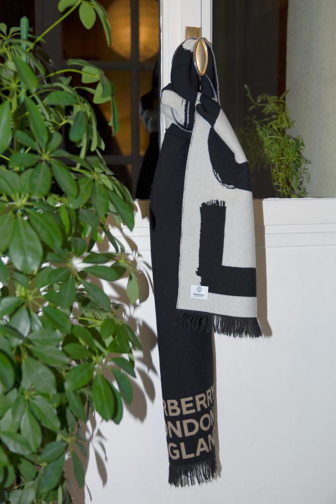 Echarpe en jacquard de laine et soie avec logo et motif Love, Burberry, 290 €.
