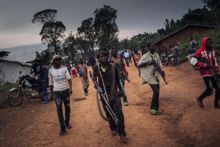 Des miliciens de la Codeco montent la garde lors d'une réunion avec d'anciens chefs de guerre à Wadda, en Ituri, le 19septembre 2020.