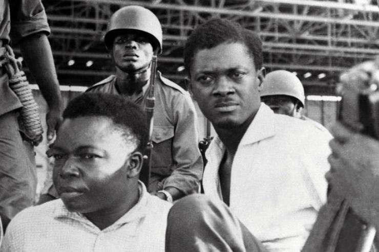 Patrice Lumumba (à droite), premier ministre du Congo-Kinshasa de l'époque, et Joseph Okito (à gauche), vice-président du Sénat, lors de leur arrestation à Léopoldville (aujourd'hui Kinshasa), le 1er novembre 1960.