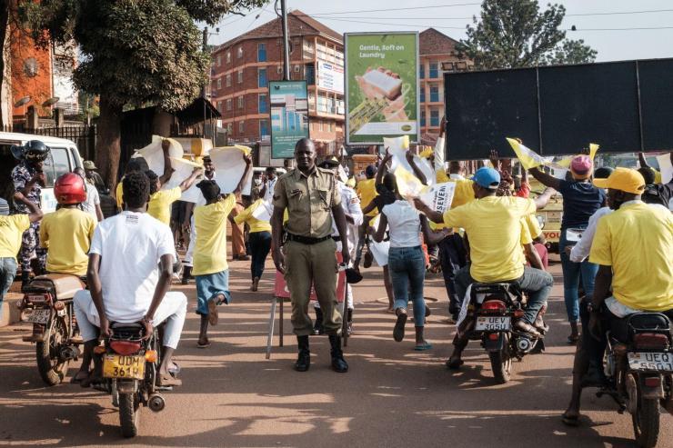 Des militants du Mouvement de résistance nationale défilant dans les rues de Kampala, en Ouganda, le 16 janvier.