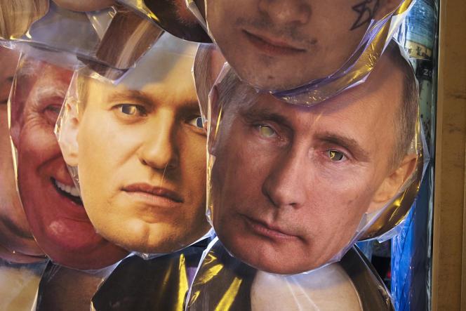 Des masques de l'opposant Alexeï Navalny et du président Vladimir Poutine, dans une boutique de souvenirs de Saint-Pétersbourg, le 17 janvier.