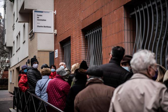 Warteschlange vor dem Impfzentrum von Charles Bertheau im 13. Arrondissement von Paris, 15. Januar.