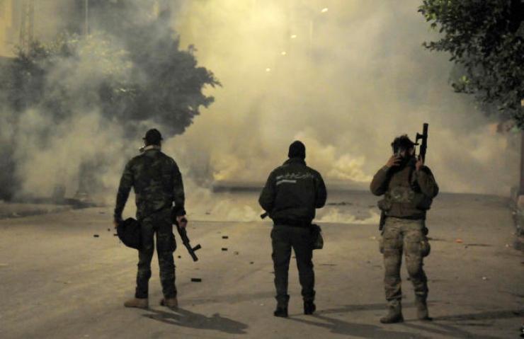 Des policiers face à des manifestants, àEttadhamen, une municipalité rattachée à l'agglomération de Tunis, le 19 janvier.