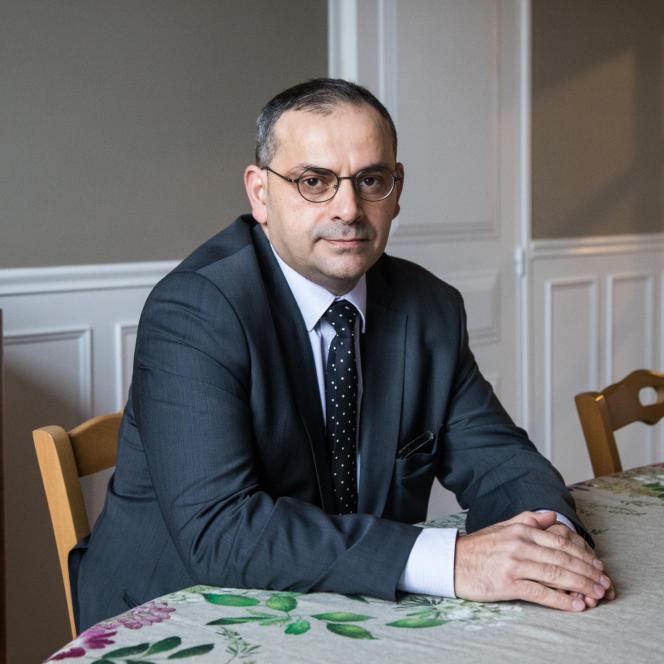 Charles Tamazount, juriste et fils de harkis, est président du Comité harkis et vérité. Ici chez lui, dans le département de laSeine-et-Marne, en janvier 2021.