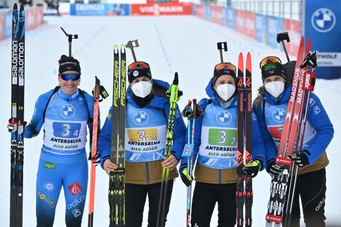 Le relais français avec Julia Simon, Justine Braisaz-Bouchet, Anais Chevalier-Bouchet et Anais Bescond après la course, terminée à la troisième place dimanche 24 janvier.