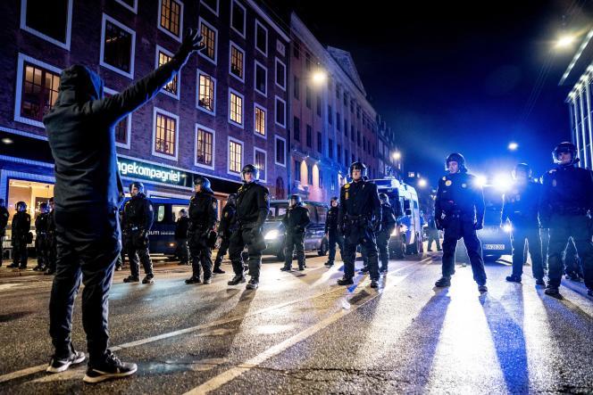Des manifestants contre les mesures restrictives liées au Covid-19, à Copenhague, le 23janvier.
