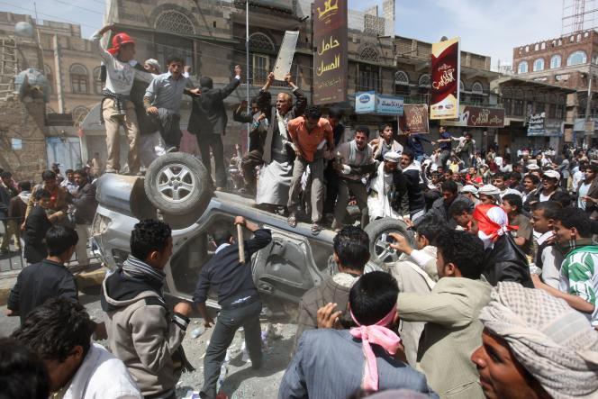 Le 22 février 2011, des manifestants antigouvernementaux lors d'une manifestation devant l'université de Sanaa (Yémen).