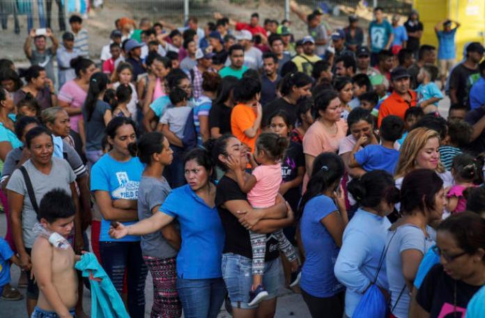 Des demandeurs d'asile attendent de l'aide alimentaire dans un camp près de la frontière américaine, à Matamoros, au Mexique, le 30août2019.