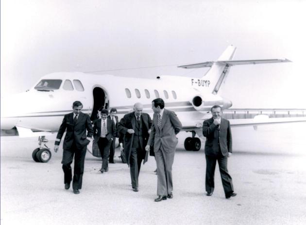 Le ministre brésilien de la santé, Paulo de Almeida Machado (à droite), accueilli à sa descente d'avion parAlain et Charles Mérieux (au centre), en 1974.
