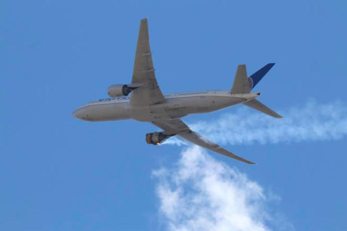 Le vol UA328 a dû faire demi-tour en urgence et retourner à Denver (Colorado), samedi 20 février, quand le réacteur droit du Boeing 777 a pris feu.