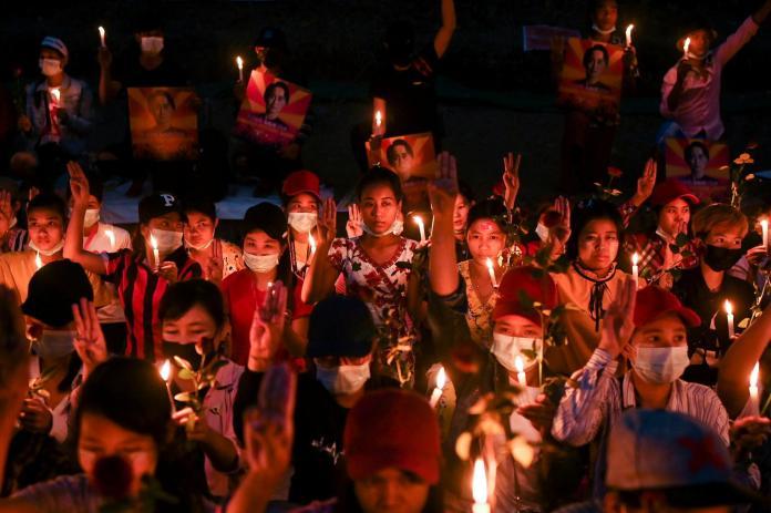 Veillée d'hommage aux victimes du coup d'état militaire, à Rangoun en Birmanie, le 21 février.
