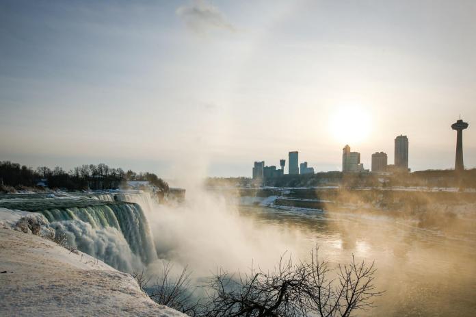 Les Chutes américaines et la ville de Niagara Falls, aux Etats-Unis, le 21 février 2021.