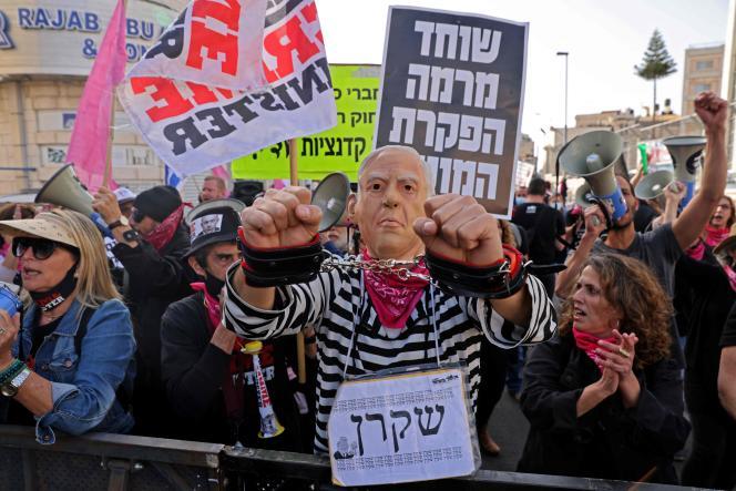 Les manifestants se sont rassemblés devant le tribunal de Jérusalem, lundi 5 avril 2021, pour la reprise du procès pour corruption du premier ministre israélien, Benyamin Nétanyahou.
