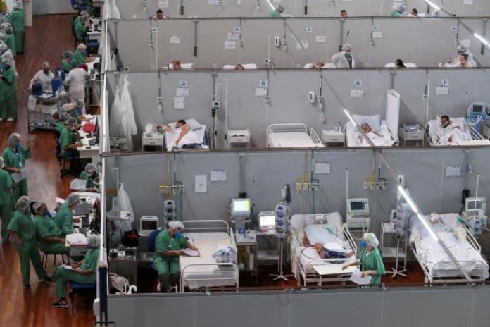 Des patients atteints du Covid-19 sont soignés dans la salle de sport Dell'Antonia, dans la banlieue de Sao Paulo, au Brésil, le 7 avril 2021.