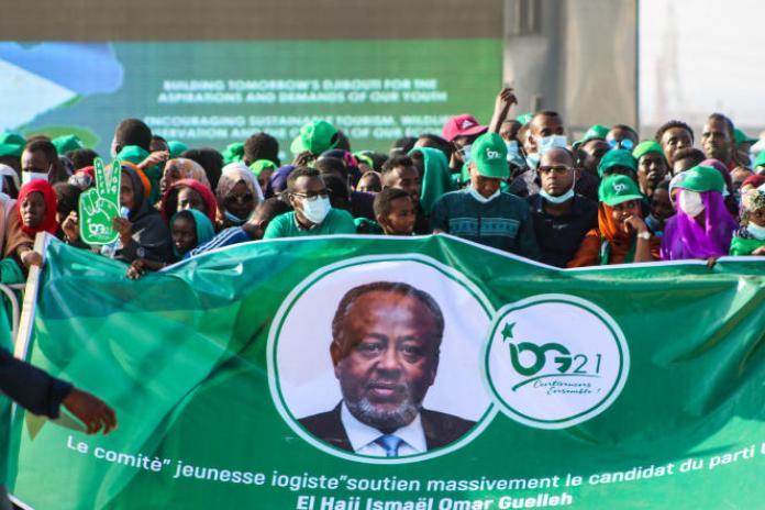 Des partisans du président Ismaïl Omar Guelleh lors de la campagne électorale dans le quartier de Balbala, à Djibouti, le 29mars 2021.