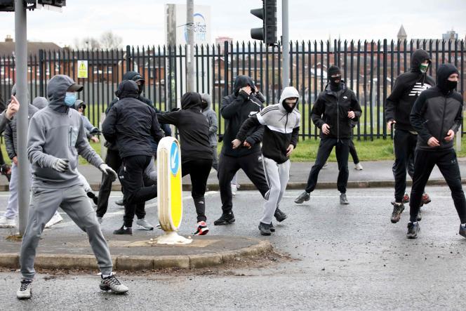 Des jeunes nationalistes attaquent des policiers dans le quartier de Springfield Road, à Belfast, en Irlande du Nord, le 8 avril.