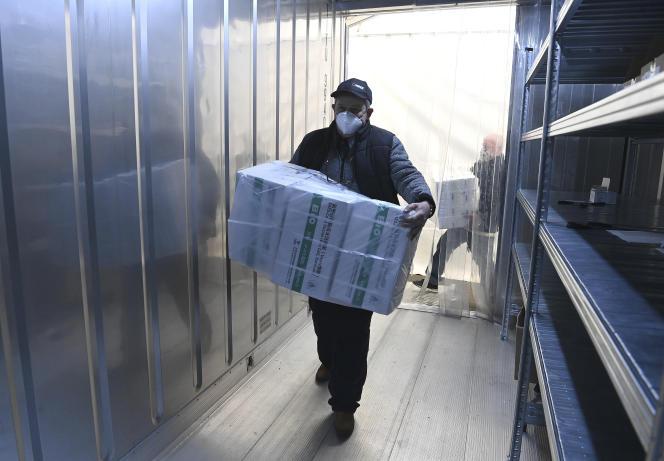 Livraison de doses du vaccin chinois Sinopharm dans une base logistique installée dans un édifice gouvernemental à Budapest, le 29 mars.