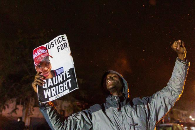Daunte Wright, jeune Afro-Américain de 20 ans, a été tué par une policière le 13 avril, lors d'un contrôle routier, à Brooklyn Center, près de Minneapolis. Sa mort a soulevé une immense émotion dans la ville où se tient le procès de Derek Chauvin.