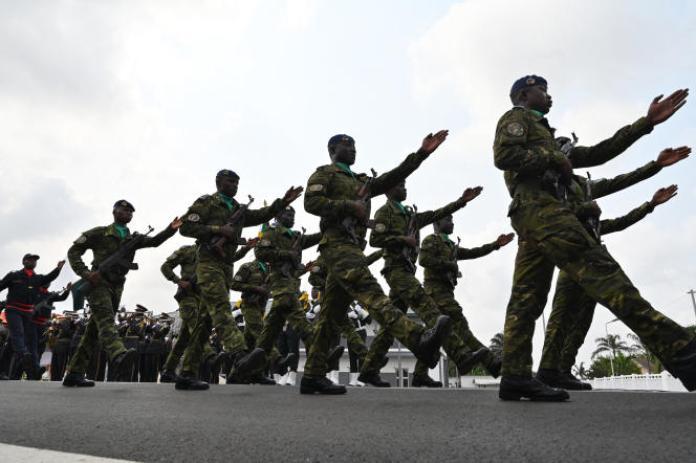 Des militaires ivoiriens défilent à Aibidjan, en février 2020.
