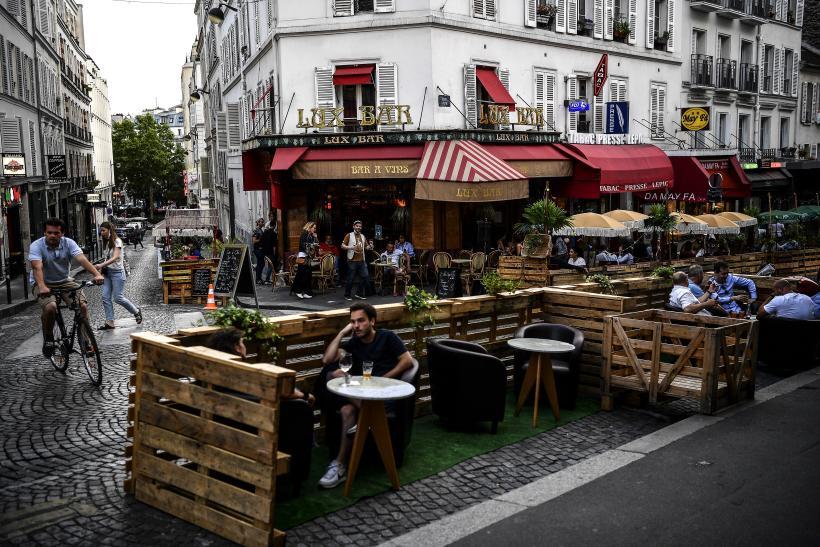 Une terrasse à Paris, le 23 juillet.