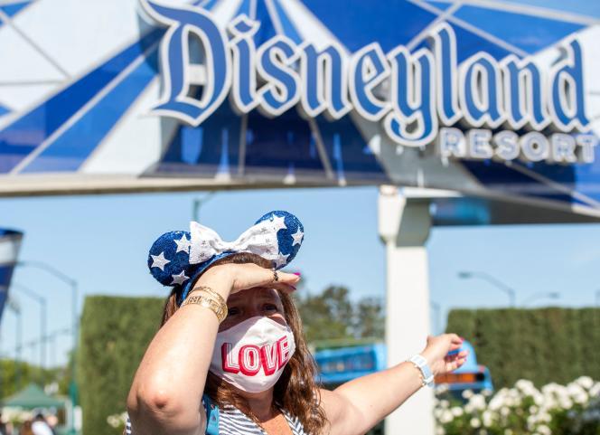 Une visiteuse du parc d'attractions Disneyland lors du premier jour d'ouverture depuis mars 2020, le 30 avril, à Anaheim (Californie).