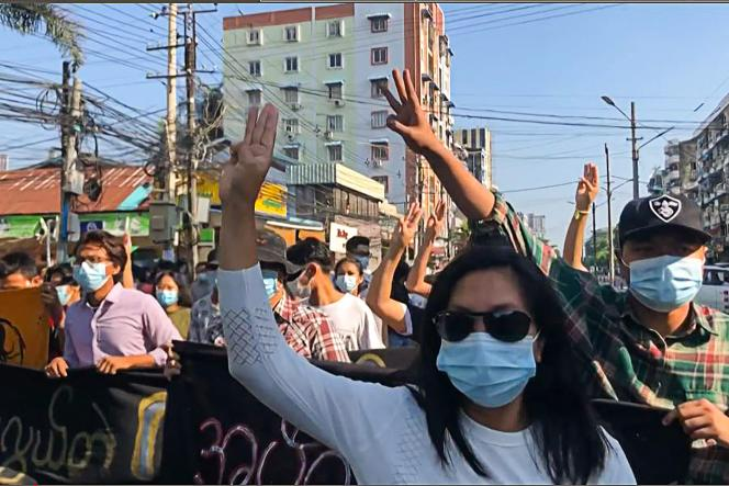 Des manifestants à Rangoun, le 2 mai 2021.