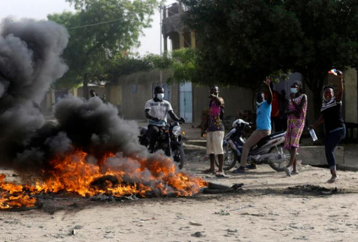 Manifestation contre le Conseil militaire de transition mené parMahamat Idriss Déby Itno, le fils du président décédé, le 27 avril àN'Djamena, au Tchad.