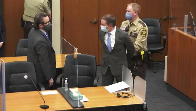 L'ancien policier de Minneapolis Derek Chauvin, au centre, et son avocat, Eric Nelson, lors du procès pour la mort de George Floyd, à Minneapolis, le 20avril 2021.