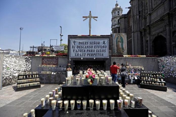 Site commémoratif à l'extérieur de la basilique de Guadalupe pour les victimes du coronavirus à Mexico, au Mexique, le 10 avril 2021.