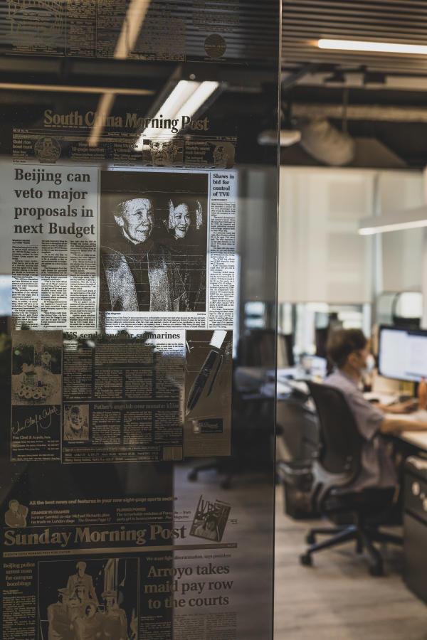La une du journal «South China Morning Post» («SCMP») du 15 mars 1996 est visible en surimpression sur une vitre des locaux de la rédactio, située dans le quartier de Causeway Bay à Hongkong, le 30 avril 2021.