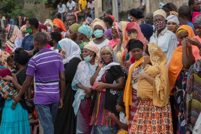 Des familles attendent devant le port de Pemba, le 1er avril 2021, le bateau des personnes évacuées des côtes de Palma.