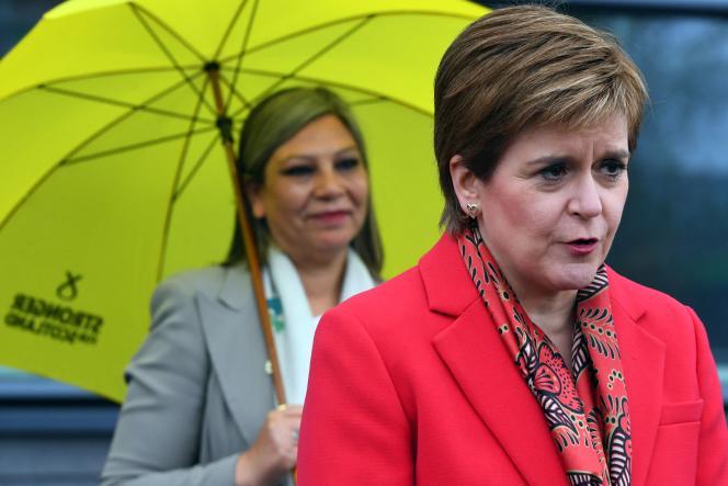 La première ministre écossaise et leader du Parti national écossais, Nicola Sturgeon (à droite), s'adresse aux médias, à Glasgow, le 8mai 2021.