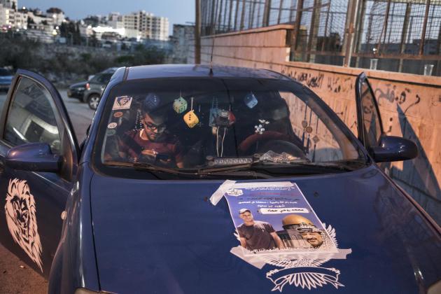 Le portrait de Mohammad Hamad, 30 ans, tué à Silwad par les forces armées israéliennes, sur une voiture devant la mosquée, le 15 mai 2021.