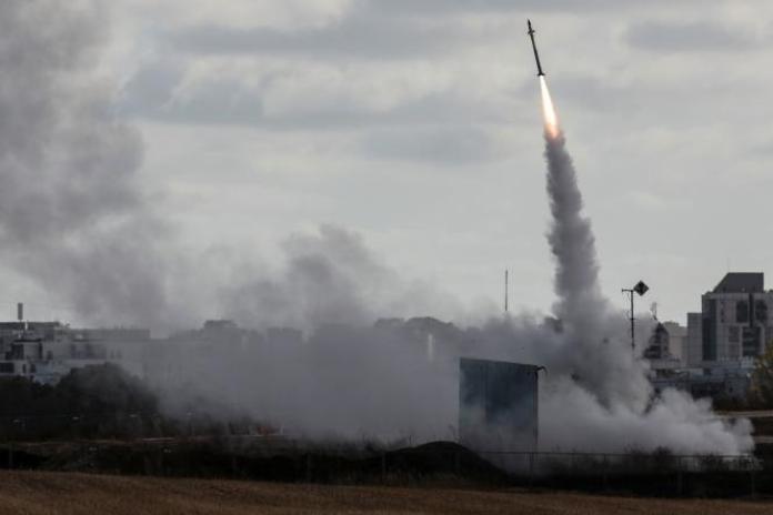 Lancement du système antimissile israélien, Dôme de fer, pour intercepter une roquette lancée depuis la bande de Gaza, vu d'Ashdod, en Israël, le 17 mai 2021.