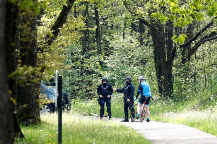 Les policiers belges patrouillent dans le parc national de la Haute Campine, à la recherche de Jurgen Conings, un militaire d'extrême droite introuvable depuis lundi, àMaasmechelen (Belgique), le 20 mai 2021.